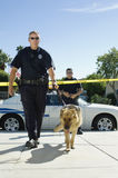 有狗的警察 免版税库存照片