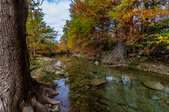 与秋天颜色的透明的小河,在得克萨斯。 免版税库存照片
