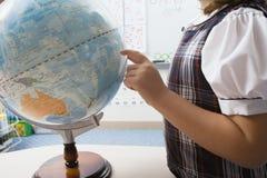 指向地球的小女孩 免版税库存照片