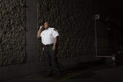 Охранник патрулирует на ноче с факелом Стоковое Изображение RF