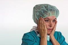 Сотрясенный женский хирург Стоковая Фотография