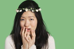 Портрет молодой женщины выражая страх и тревожность над зеленой предпосылкой Стоковые Фотографии RF