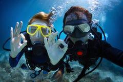 佩戴水肺的潜水 免版税图库摄影