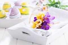 春天花和复活节彩蛋 免版税图库摄影