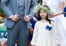 逗人喜爱的矮小的女花童 免版税图库摄影