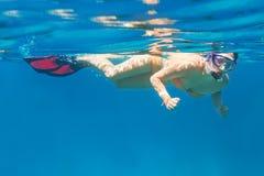潜航的少妇在安达曼海 免版税库存照片