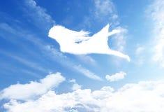 飞行在云彩天空。 免版税库存图片