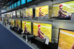 Τοίχος των τηλεοράσεων στο κατάστημα Στοκ φωτογραφία με δικαίωμα ελεύθερης χρήσης