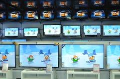 Τοίχος των τηλεοράσεων στο κατάστημα Στοκ εικόνες με δικαίωμα ελεύθερης χρήσης