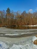 Μικρός ποταμός σε μια εποχή άνοιξης. Στοκ Εικόνες