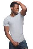 Όμορφο άτομο αφροαμερικάνων με το χέρι στο κεφάλι Στοκ φωτογραφία με δικαίωμα ελεύθερης χρήσης