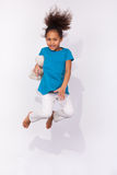 画象年轻非裔美国人女孩跳跃 免版税库存图片