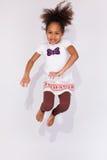 画象年轻非裔美国人女孩跳跃 免版税库存照片