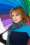 有颜色伞的妇女在冬天 免版税库存照片