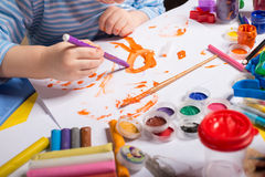 Руки мальчика картины Стоковое Изображение RF