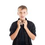 一个逗人喜爱的十几岁的男孩的画象有耳机的,在牙的括号 库存照片