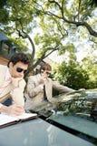 见面在汽车附近的商人。 免版税库存图片