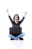 使用她的膝上型计算机的愉快的少妇 免版税库存图片