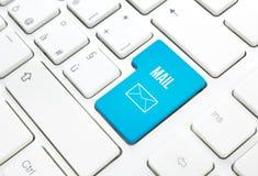 Синь принципиальной схемы дела почты паутины входит кнопку или пользуется ключом на белой клавиатуре Стоковая Фотография RF