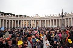 人群在弗朗西斯教皇之前奉告祈祷的圣皮特广场我 免版税库存照片