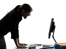 女商人计算机计算的叫喊的恼怒的剪影 免版税库存照片