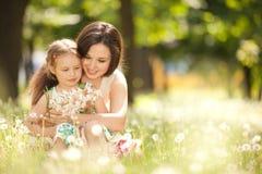母亲和女儿在公园 免版税库存照片