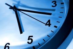 被定调子的蓝色时钟表盘 免版税图库摄影