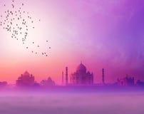 印度。 泰姬陵日落剪影 免版税库存照片