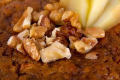 Κλείστε επάνω του μεγάλου, κέικ μπανανών και καρυδιών Στοκ Εικόνα