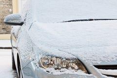 在新鲜的雪盖的汽车 库存照片