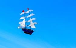 双桅船风筝形状。 免版税库存照片