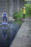 专业运动的男人和妇女室外训练 免版税图库摄影