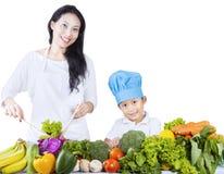 亚洲家庭和在白色的绿色菜 免版税库存照片