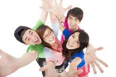 获得愉快的年轻的小组乐趣 图库摄影