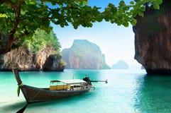 在小海岛上的小船在泰国 免版税库存图片
