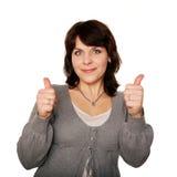 Средн-постаретая женщина показывая большие пальцы руки поднимает знак. Стоковое фото RF