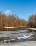 Μικρός ποταμός σε μια εποχή άνοιξης. Στοκ φωτογραφίες με δικαίωμα ελεύθερης χρήσης