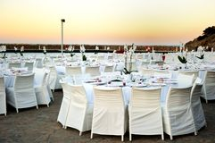表被设定在海滩婚礼 免版税库存照片