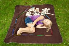 睡觉在这里的小女孩安置 免版税库存图片