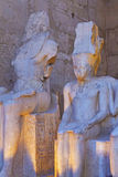 Уникально статуи в искусственном освещении (Луксоре, Египете) Стоковое Изображение RF