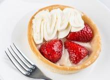草莓与奶油的果子馅饼 免版税库存图片