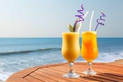 菠萝、芒果和西番莲果汁 库存图片