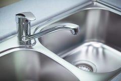 干净的镀铬物轻拍和水盆 免版税图库摄影