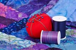 缝制的螺纹和针垫 免版税库存图片