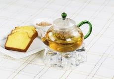 在玻璃罐的新鲜的绿茶用点心 图库摄影