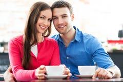 在咖啡馆的年轻夫妇 免版税库存照片