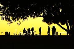 黄昏概述的人们 图库摄影