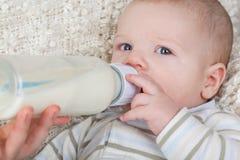 一个婴孩的画象有瓶的 库存照片
