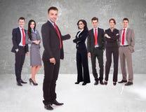 一位年轻领导当前的企业队 免版税库存图片