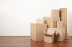 在公寓,移动的天的纸板箱 免版税库存图片